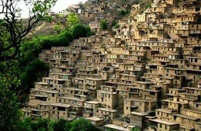 روستای دیزباد در نیشابور و چند قدمی مشهد، روستای پلکانی و شبیه به ماسوله است که خوشبختانه اهالی اش به آن وفادار بوده اند و به دلیلِ برخورداری از فرهنگی غنی و پیشرفته، کمر به نابودی روستا و فراموشیِ آن نبسته اند. این روستا، تنها روستایی است که صد در صدِ مردمش با سواد اند و از سال 1312 شمسی مدرسه داشته است.