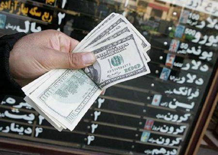 هجوم دلالان ارز برای فروش دلار در مشهد
