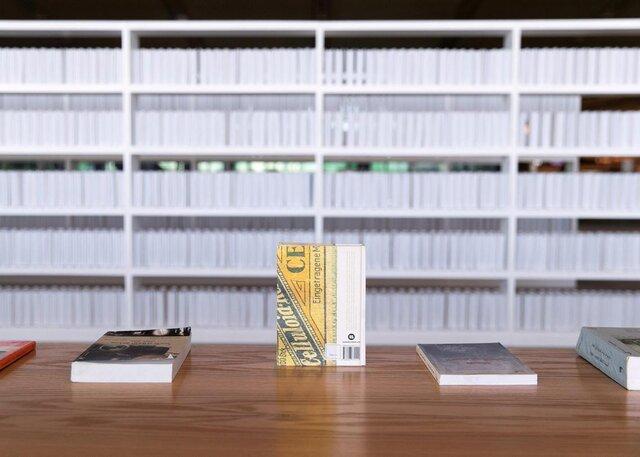 یک نمایشگاه مملو از کتابهای سفید و بدون عنوان با هدف مورد توجه قرار دادن فقدان کتاب در کتابخانه ویران شده بغداد برگزار شده است.