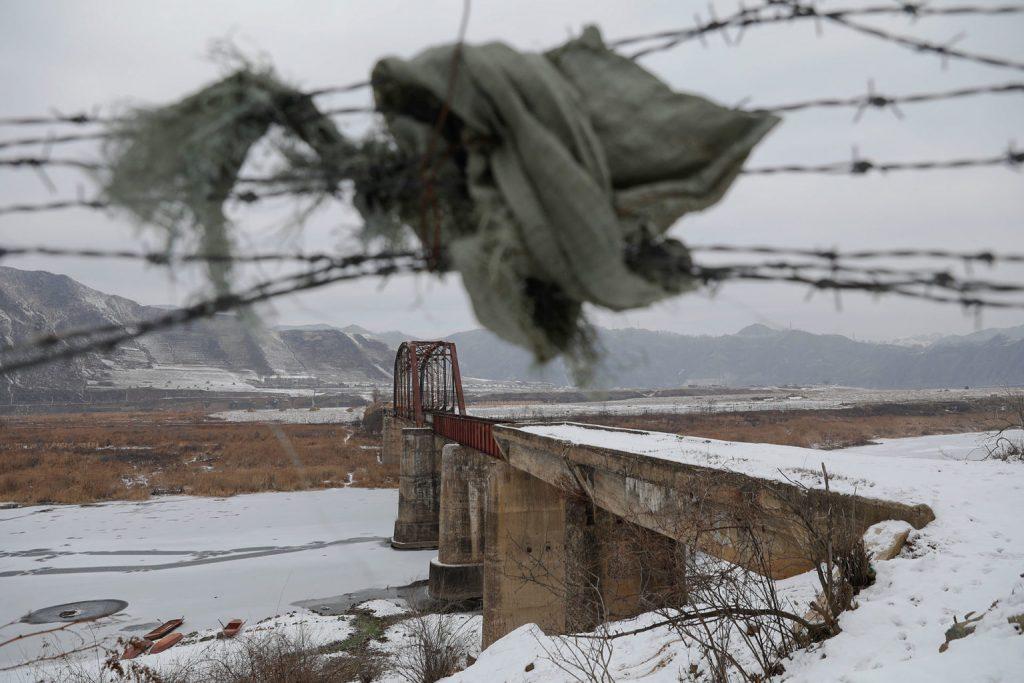 یک نگهبان مرزی در کره شمالی در حالی که سعی داشت همراه نامزد خود از طریق مرز فرار کند به درون یخ ها افتاده و جان باخت.